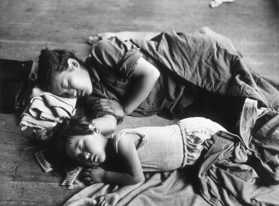 A South Korean mother and her child sleeping on the floor of a schoolroom in Taejon. Photo: Haywood Magee, Getty Images / Picture Post