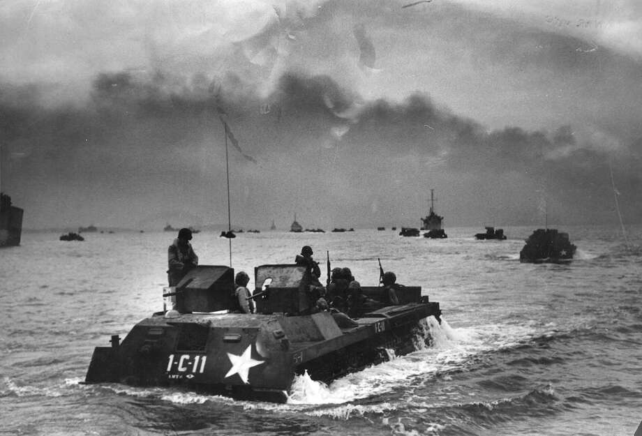US Marines in amphibious assault craft moving towards Inchon in the first counter-attack of the Korean War, during a heavy bombardment of coastal defenses by warships and aircraft. Photo: Bert Hardy, Getty Images / Picture Post