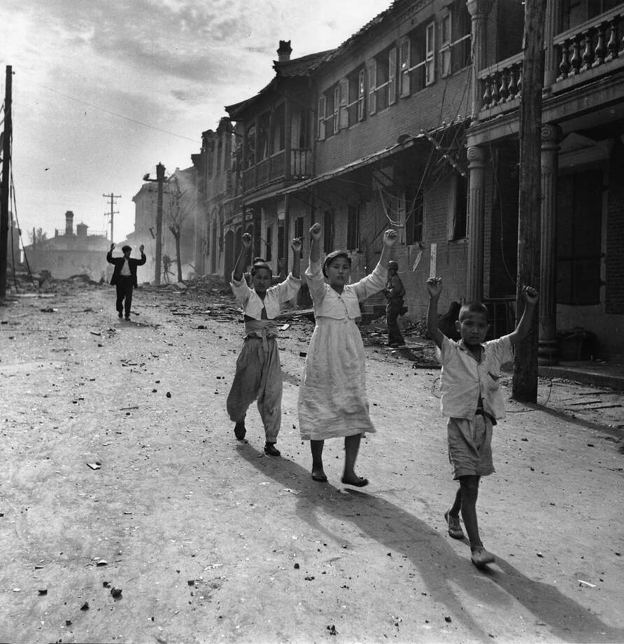 Residents of the Korean port of Inchon surrender to American troops. Photo: Bert Hardy, Getty Images / Picture Post