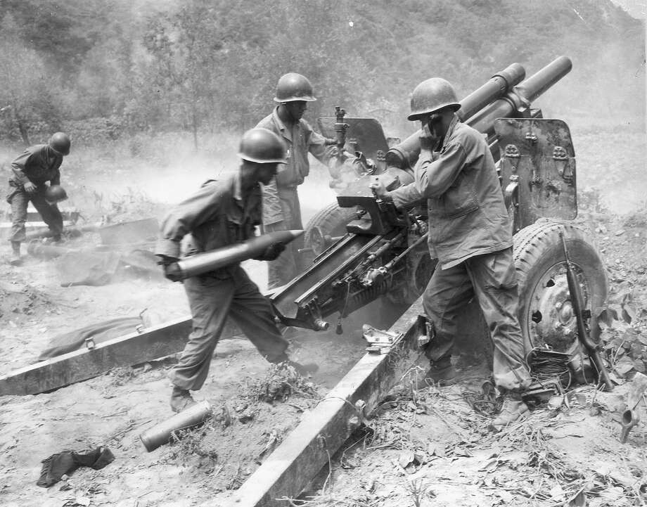 Three American soldiers of a U.S. artillery gun crew loading a howitzer during the Korean war. Photo: U.S. Army, Getty Images / Archive Photos