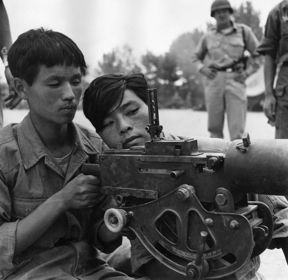 South Korean recruits learn about machine guns during weapons training at Taegu during the Korean War. Photo: Bert Hardy, Getty Images / Picture Post
