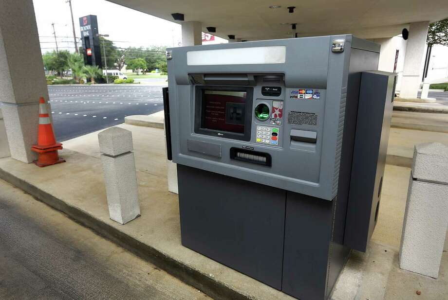 Broadway Bank, operator of this ATM, has settled a lawsuit that accused it of having ATMs not accessible to the visually impaired. Frost Bank and H-E-B have settled similar lawsuits. Photo: Bob Owen, San Antonio Express-News / © 2012 San Antonio Express-News