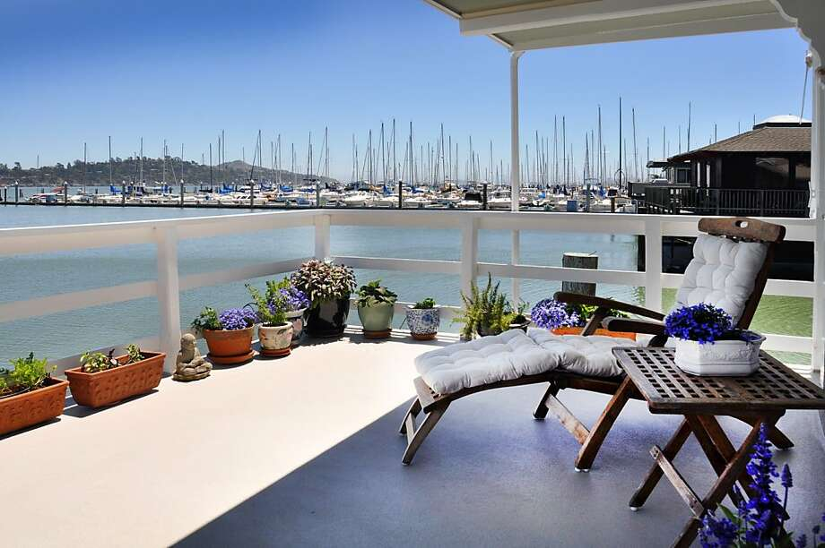 The houseboat has views of Rich Bay and the marina, as well as Mt. Tamalpais. Photo: Bill Ferguson/Frank Howard Allen