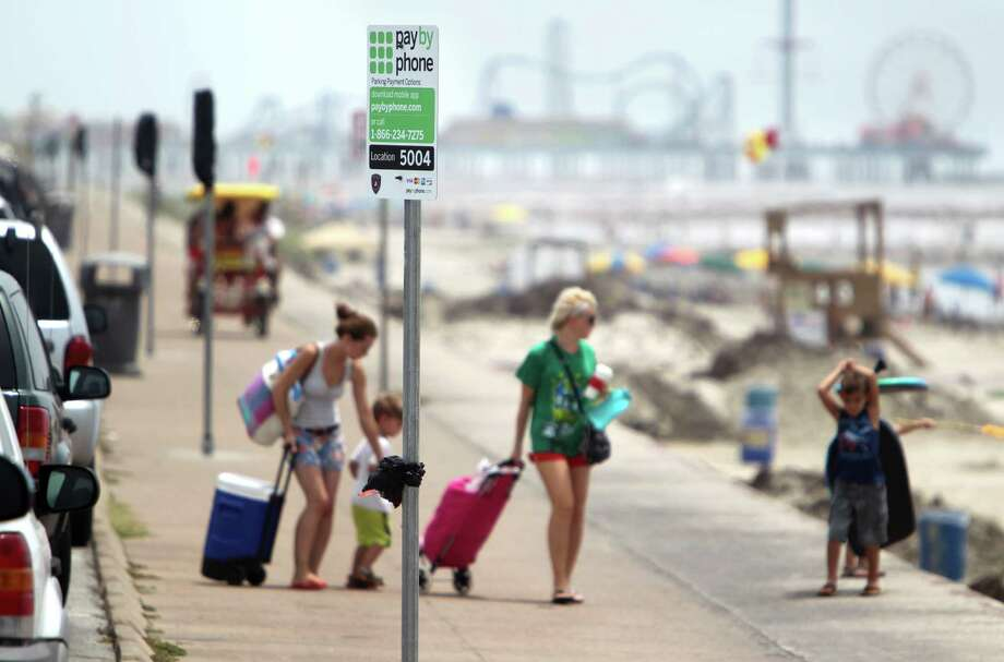 Beachgoers now have to pay $1 an hour or $8 for the day to park on the seawall in Galveston. Photo: Mayra Beltran, Houston Chronicle / © 2013 Houston Chronicle