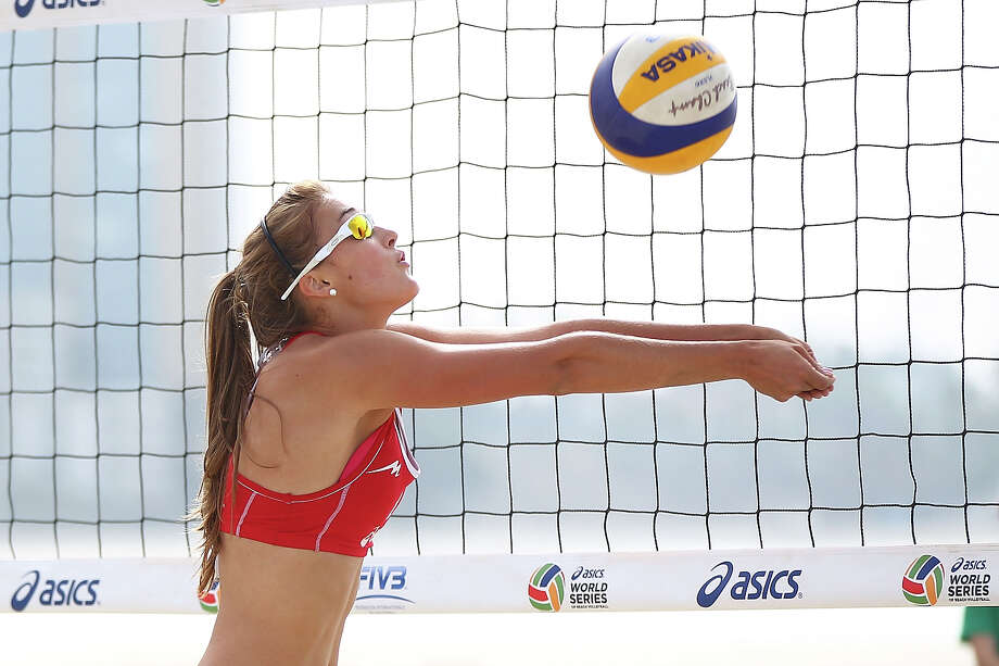 Taylor Pischke of Canada sets the ball during play at the ASICS World Series of Beach Volleyball - Day 2 on July 23, 2013 in Long Beach, California. Photo: Joe Scarnici, Getty Images / 2013 Getty Images