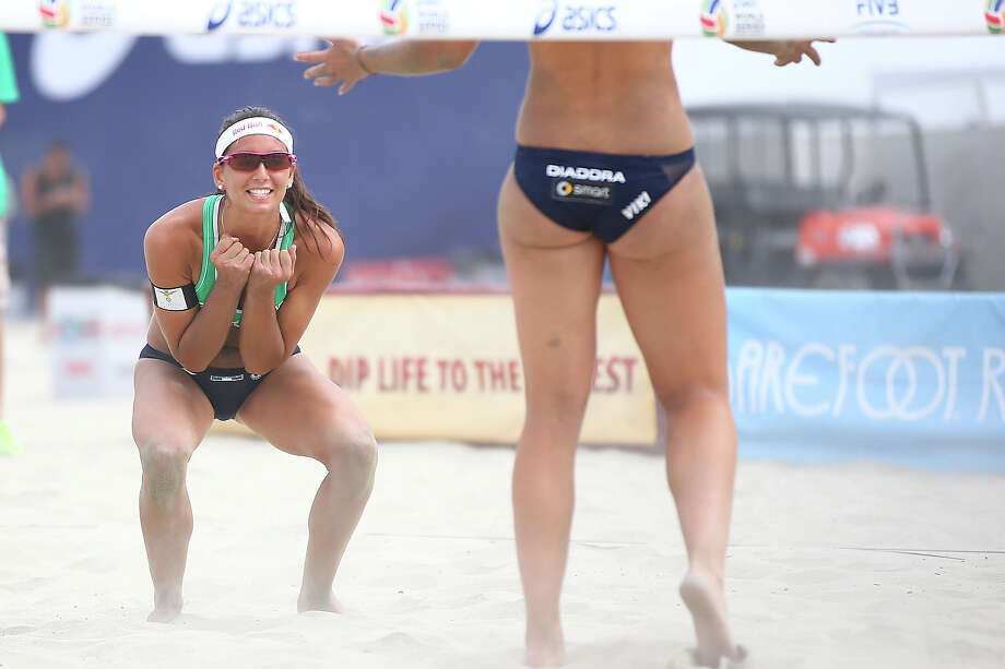 Marta Menegatti (L) of Italy celebrates winning a point during the round of pool play at the ASICS World Series of Beach Volleyball - Day 3 on July 24, 2013 in Long Beach, California. Photo: Joe Scarnici, Getty Images / 2013 Getty Images