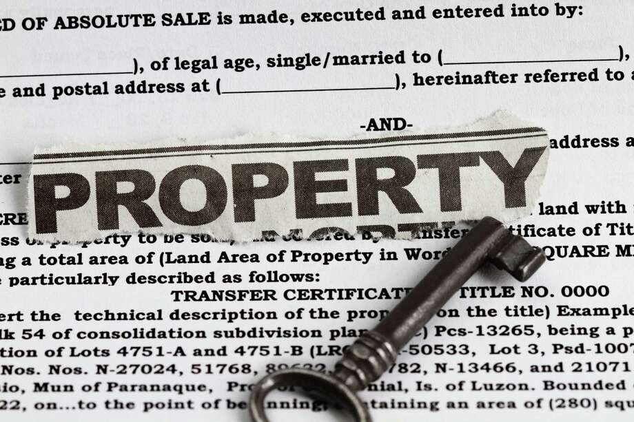 Property abstract for deed of sale with a vintage key in the foreground. Photo: Ragsac / Marzky Ragsac Jr. - Fotolia