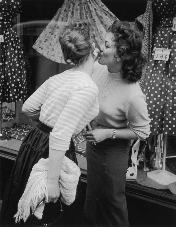 Model Andria Loran (right) greets a friend in 1956. Photo: Hulton Archive, Getty Images