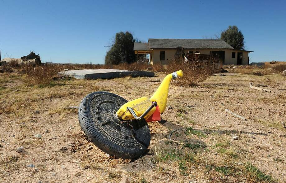 An empty house sits in the path of the plume of tainted groundwater in Hinkley in 2010. Photo: Wally Skalij, MCT