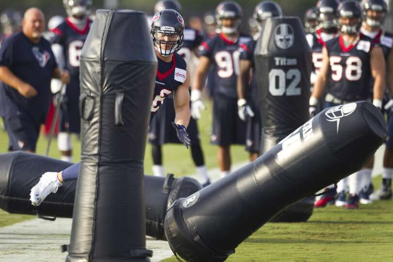 Linebacker Brian Cushing runs a drill.