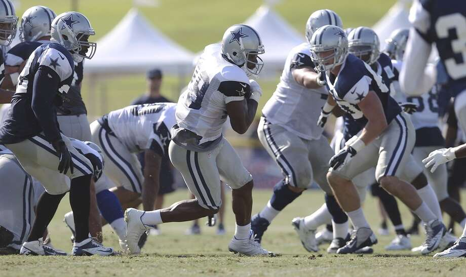 Running back DeMarco Murray (29) runs with the ball during the afternoon session of the 2013 Dallas Cowboys training camp on Friday, July 26, 2013 in Oxnard. (Kin Man Hui/San Antonio Express-News) Photo: Kin Man Hui, San Antonio Express-News