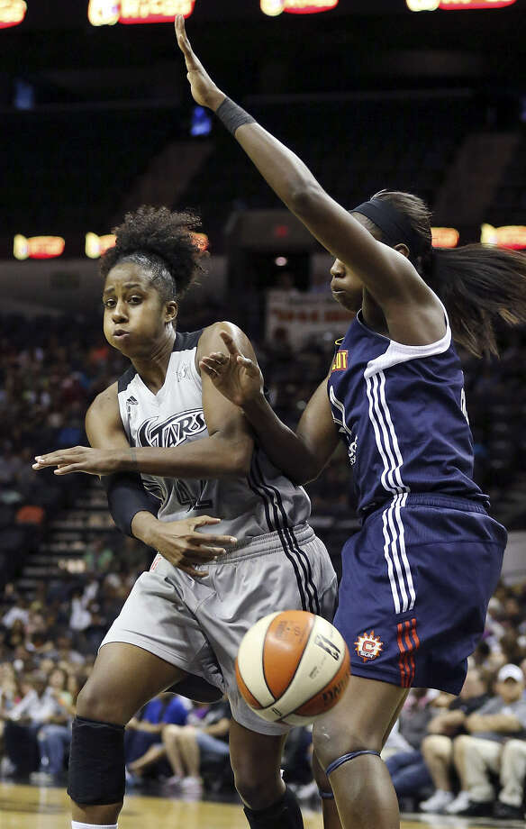 Shenise Johnson (left) and the Silver Stars have won two in a row after a four-game skid. Photo: Edward A. Ornelas / Express-News