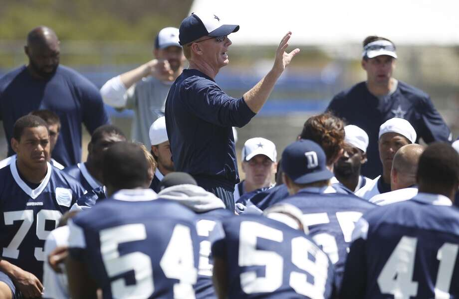 Head coach Jason Garrett gathers the team for a talk before the end of the morning session of the 2013 Dallas Cowboys training camp on Saturday, July 27, 2013 in Oxnard. (Kin Man Hui/San Antonio Express-News) Photo: San Antonio Express-News