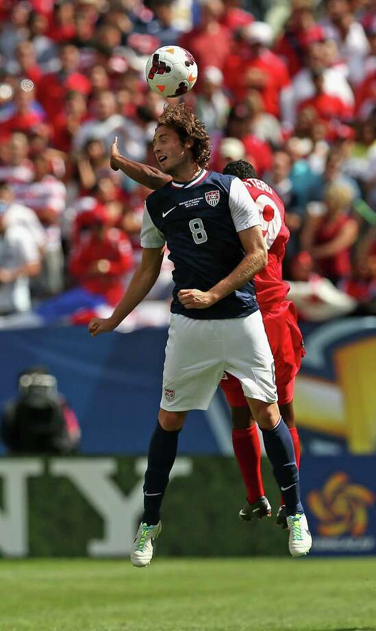 CHICAGO, IL - JULY 28: Mix Diskerud #8 of the United States heads the ball away from Alberto Quintero #19 of Panama during the CONCACAF Gold Cup final match at Soldier Field on July 28, 2013 in Chicago, Illinois. Photo: Jonathan Daniel, Getty Images / 2013 Getty Images