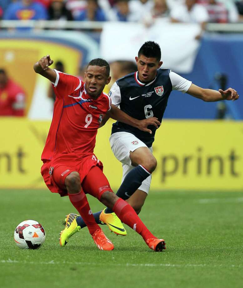 CHICAGO, IL - JULY 28: Gabriel Torres #9 of Panama and  Joe Corona #6 of USA fight for the ball in the first half at the 2013 CONCACAF Gold Cup Final at Soldier Field July 29, 2013 in Chicago, Illinois. Photo: Tasos Katopodis, Getty Images / 2013 Getty Images