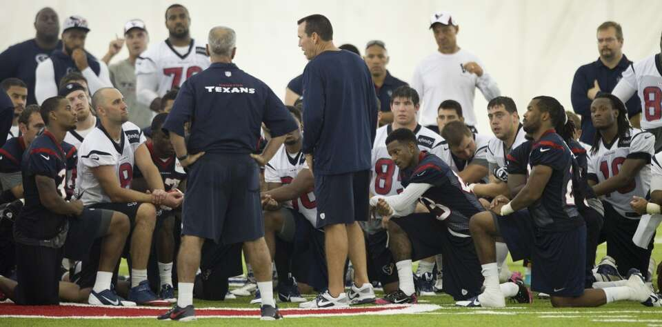 Texans coach Gary Kubiak gathers his team at the end of practice.
