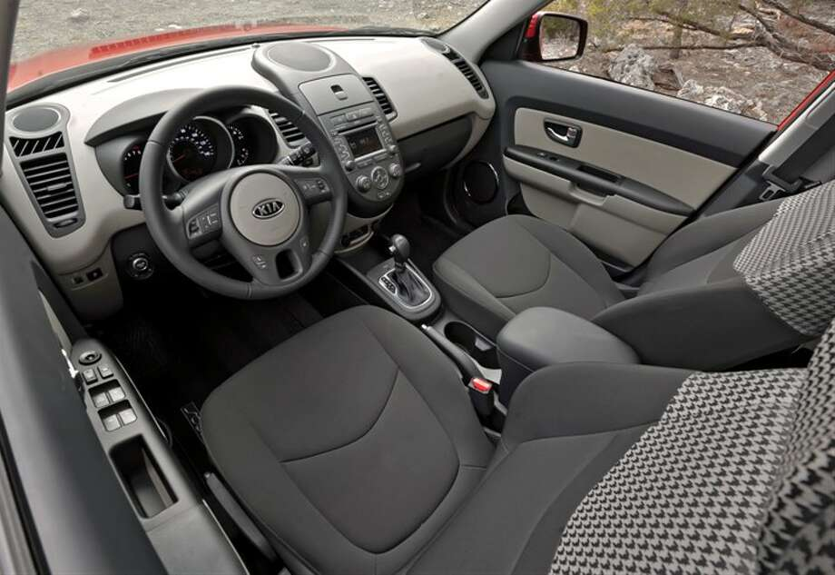 Front seating and dashboard Photo: Kia Motors