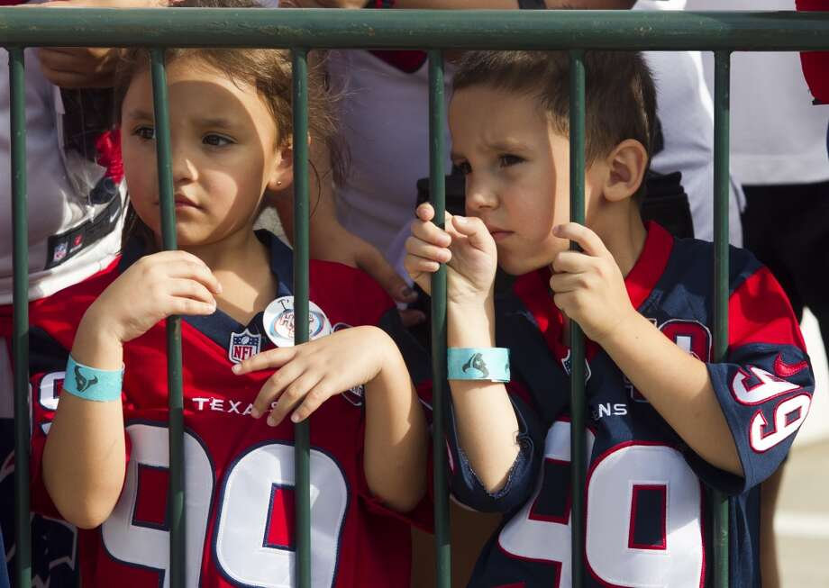 Laila Yeley, 5, left, and her brother Warren, 4, wait patiently for players to leave practice. Photo: J. Patric Schneider, For The Chronicle