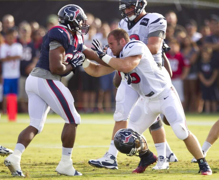 Fullback Zach Boren (45) loses his helmet as he blocks linebacker Evan Frierson (62). Photo: Brett Coomer, Chronicle