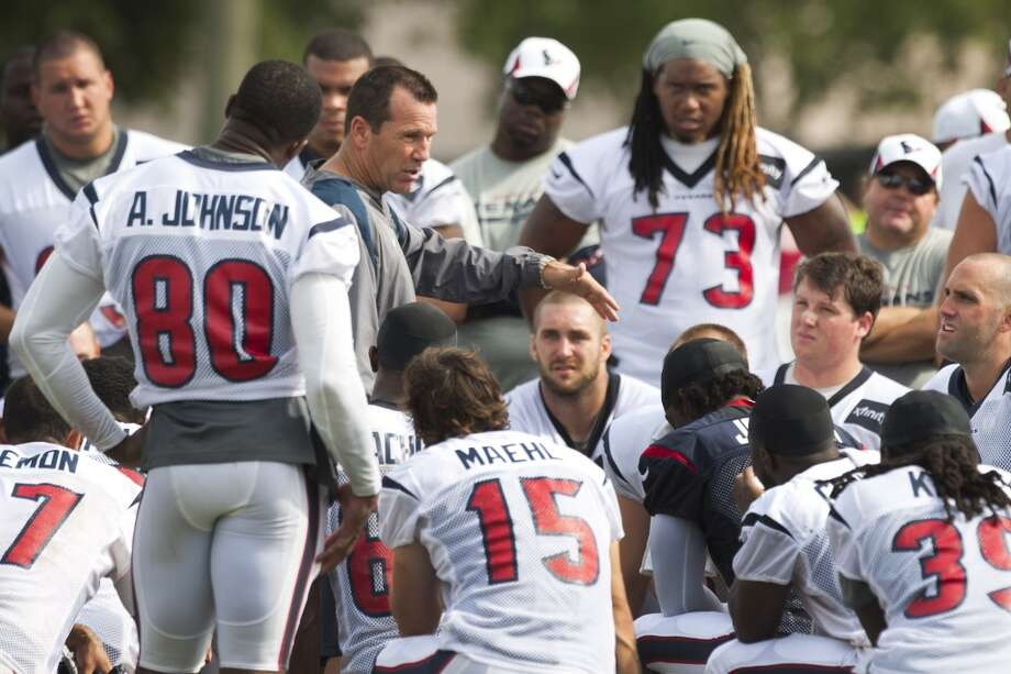 Head coach Gary Kubiak talks to his players after practice. Photo: Brett Coomer, Chronicle