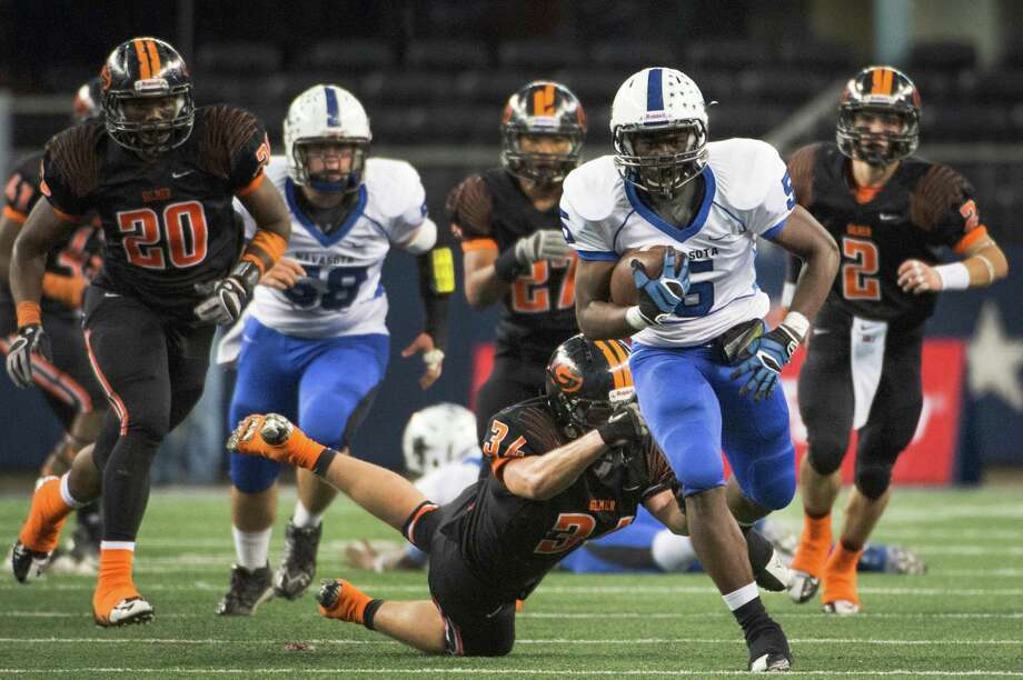 Navasota running back Derrion Randle (5) breaks away from Gilmer linebacker on a 52-yard touchdown run during the first half of the Class 3A Division II state championship football game at Cowboys Stadium on Friday, Dec. 21, 2012, in Arlington. ( Smiley N. Pool / Houston Chronicle ) Photo: Smiley N. Pool, Staff / © 2012  Houston Chronicle
