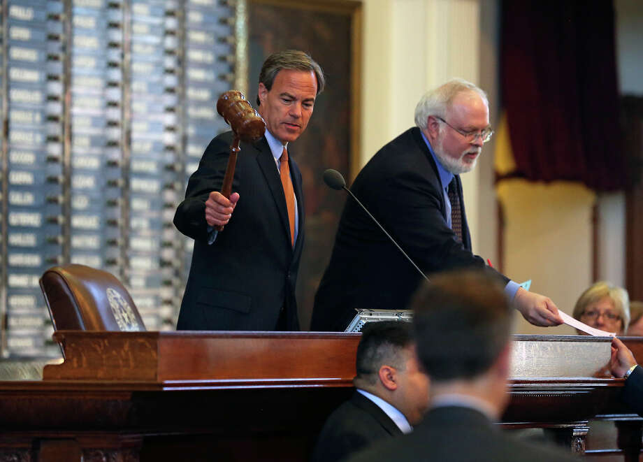 Speaker Joe Straus gavels the session to a start as legislators meet in the House of Representatives and the Senate to begin the third special session on July 30, 2013. Photo: TOM REEL