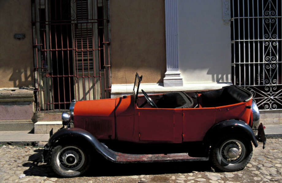 Red Odltimer Ford (Model T kind) in street of Trinidad, Cuba Photo: Chlaus Lotscher, Getty Images / (c) Chlaus Lotscher