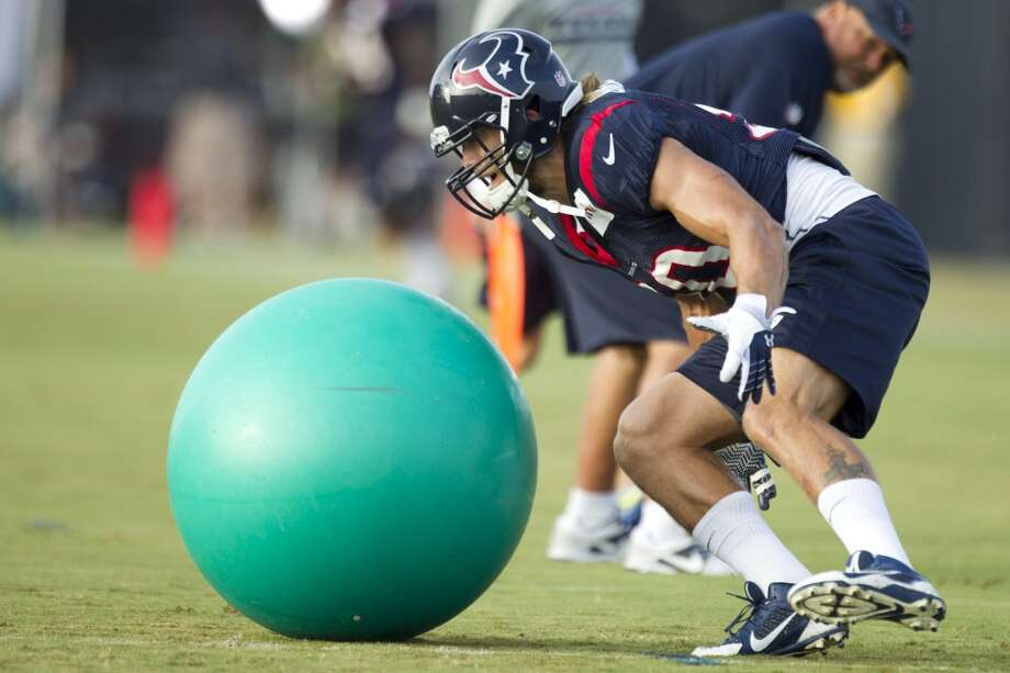 Texans linebacker Bryan Braman runs to grab a ball during a drill. Photo: Brett Coomer, Houston Chronicle