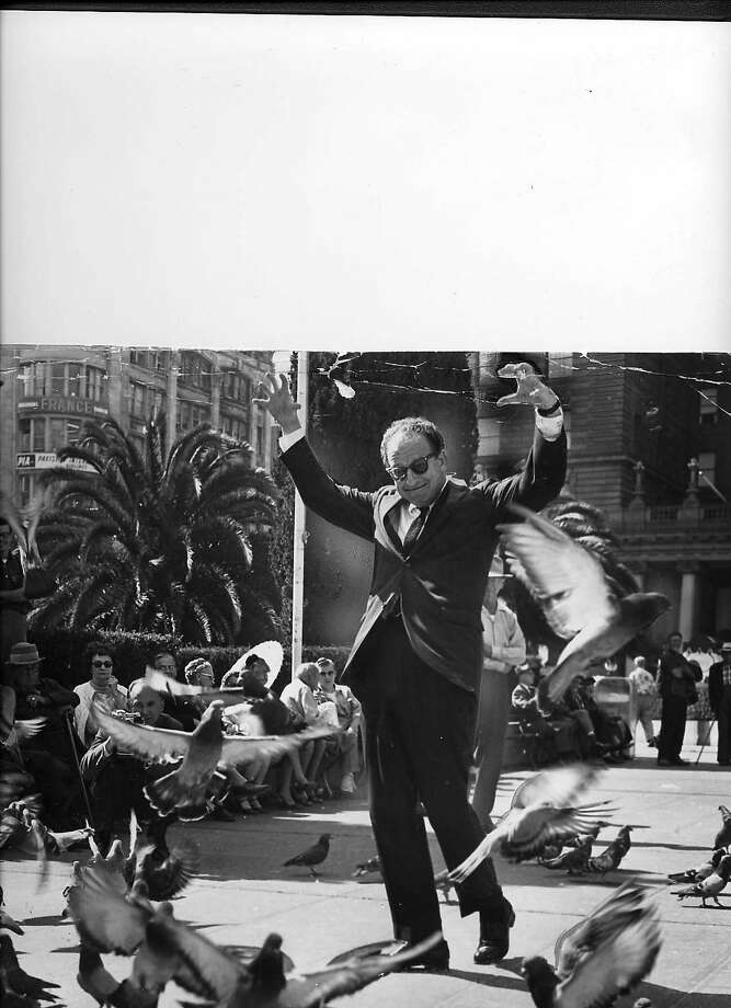 CAEN-2 OCT62-PB HERB CAEN AND HIS FEATHERED FRIENDS THE PIGEONS IN UNION SQUARE Photo: SFC