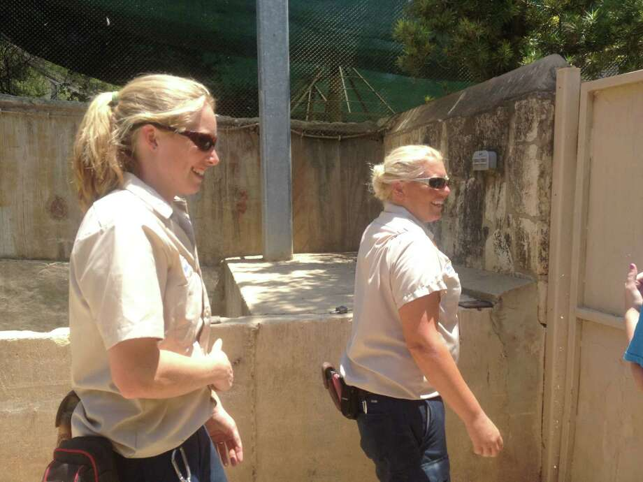 Zookeepers Rachel Malstaff and Melanie Lough at the San Antonio Zoo. Photo: Sarah Tressler/San Antonio Express-News