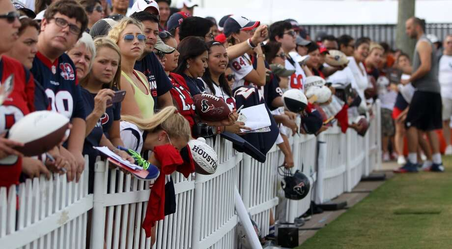 Fans line up as the wait for Texans players to sign autographs for them. Photo: Karen Warren, Chronicle