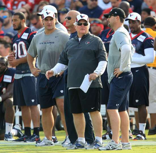 Texans defensive coordinator Wade Phillips looks on during Friday's practice.