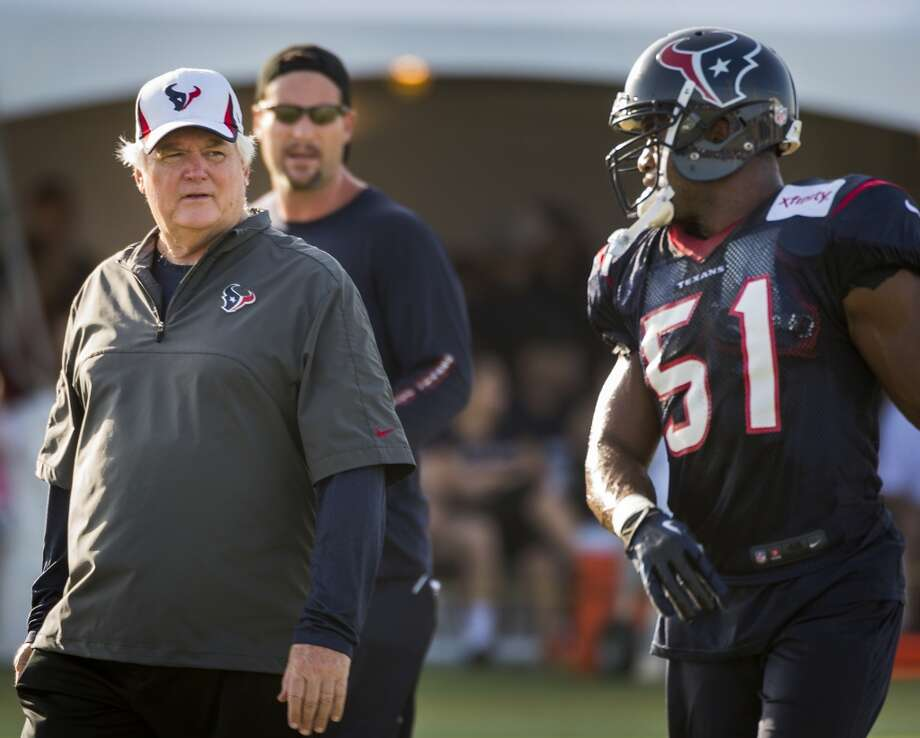 Inside linebacker Darryl Sharpton (51) talks with defensive coordinator Wade Phillips. Photo: Smiley N. Pool, Chronicle