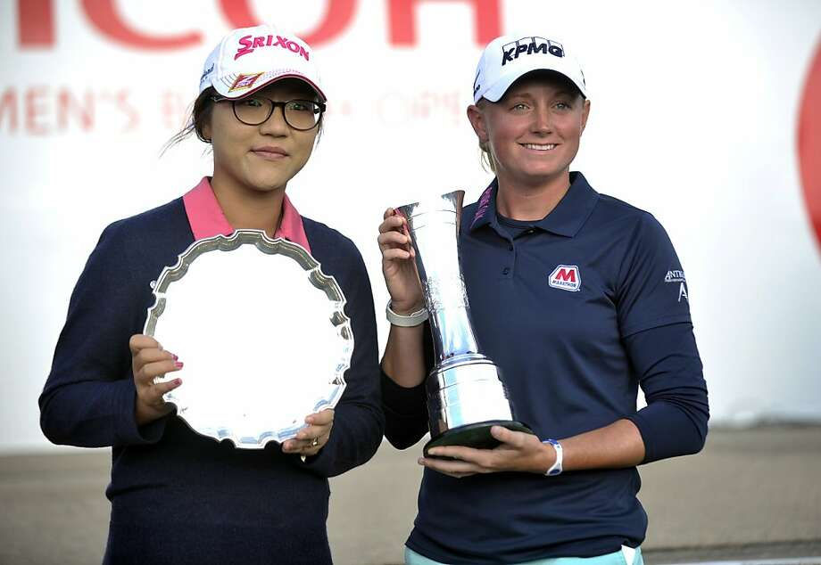 American Stacy Lewis (right) displays her Open trophy alongside the leading amateur, Lydia Ko of New Zealand. Photo: Andy Buchanan, AFP/Getty Images