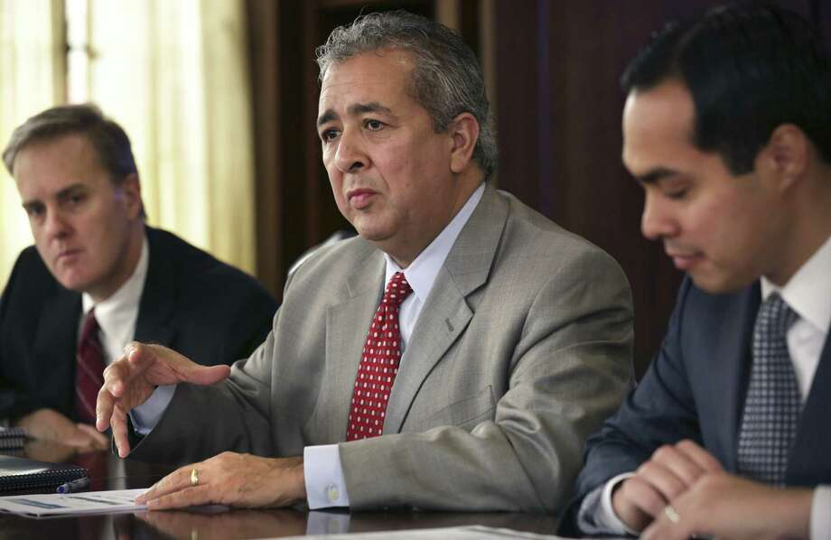 A reader wonders why SAWS President/CEO Robert Puente (center, with Mayor Julián Castro, right) rates a bonus on top of his salary. The reader says that in the real workaday world, most don't get a bonus for doing their jobs. Photo: Bob Owen, San Antonio Express-News