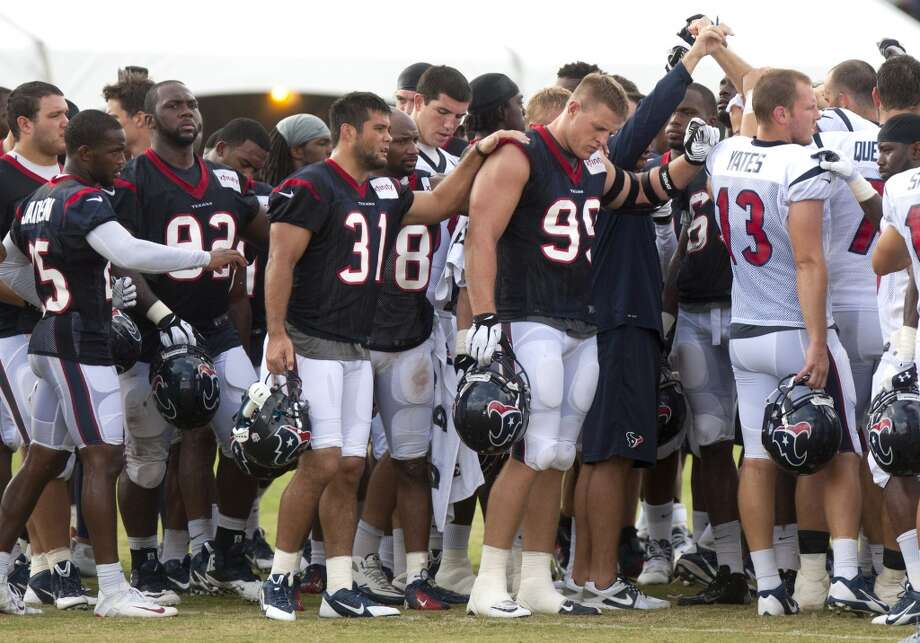 Players huddle up at the end of practice. Photo: Brett Coomer, Chronicle