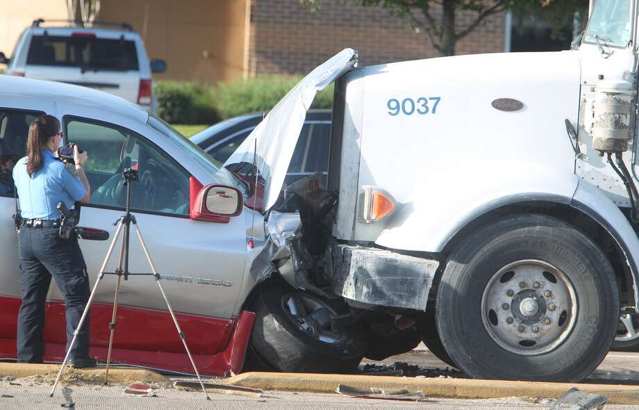 One person died in a traffic crash Tuesday morning in west Houston. The wreck happened about 7 a.m. on Westheimer near Eldridge Parkway, according to the Houston Police Department. (Mayra Beltran / Houston Chronicle) Photo: Mayra Beltran, Houston Chronicle