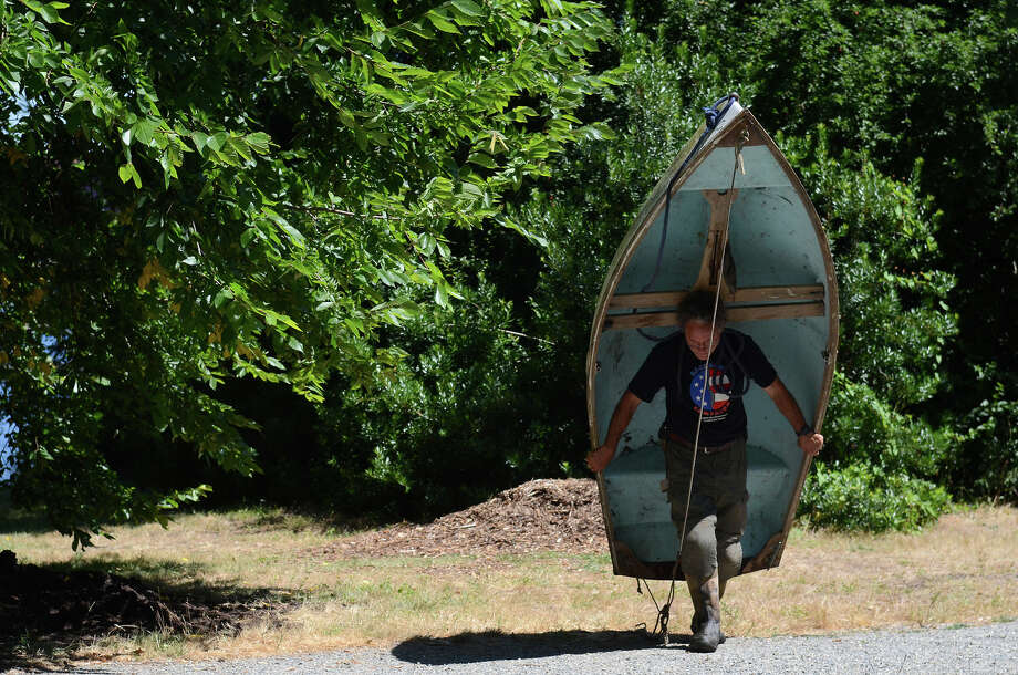 Evan Simmons carries his rowboat back to his van after the protest against the US Army Corps of Engineers on Monday. Photo: SY BEAN, SEATTLEPI.COM / SEATTLEPI.COM