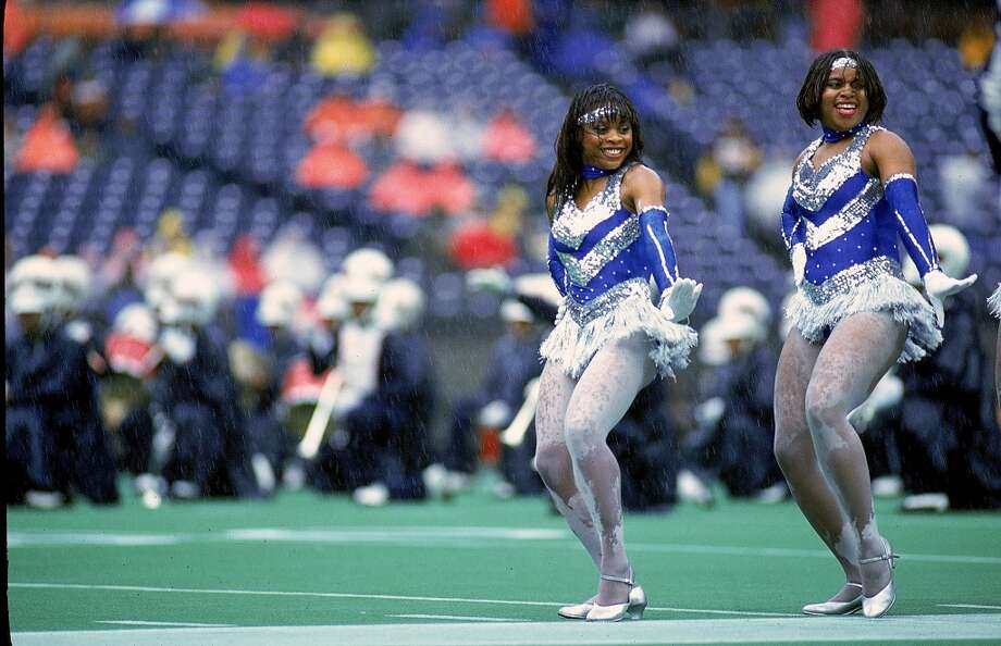 Cheerleaders perform during half time at the game against the Houston Oilers and the Cincinnati Bengals in 1993. Photo: Jonathan Daniel, Getty Images