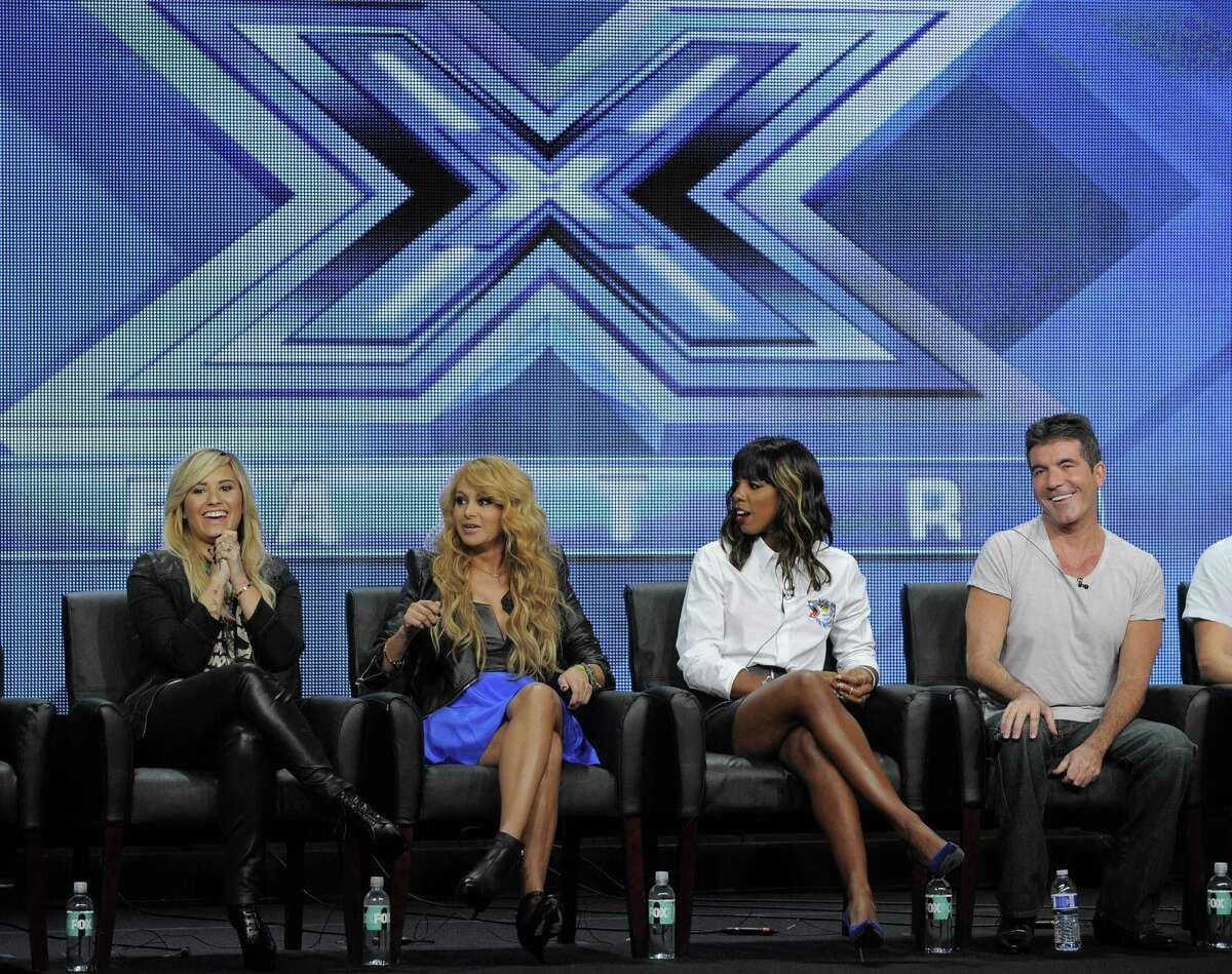Demi Lovato (desde la izquierda), Paulina Rubio, Kelly Rowland and Simon Cowell discuten el show