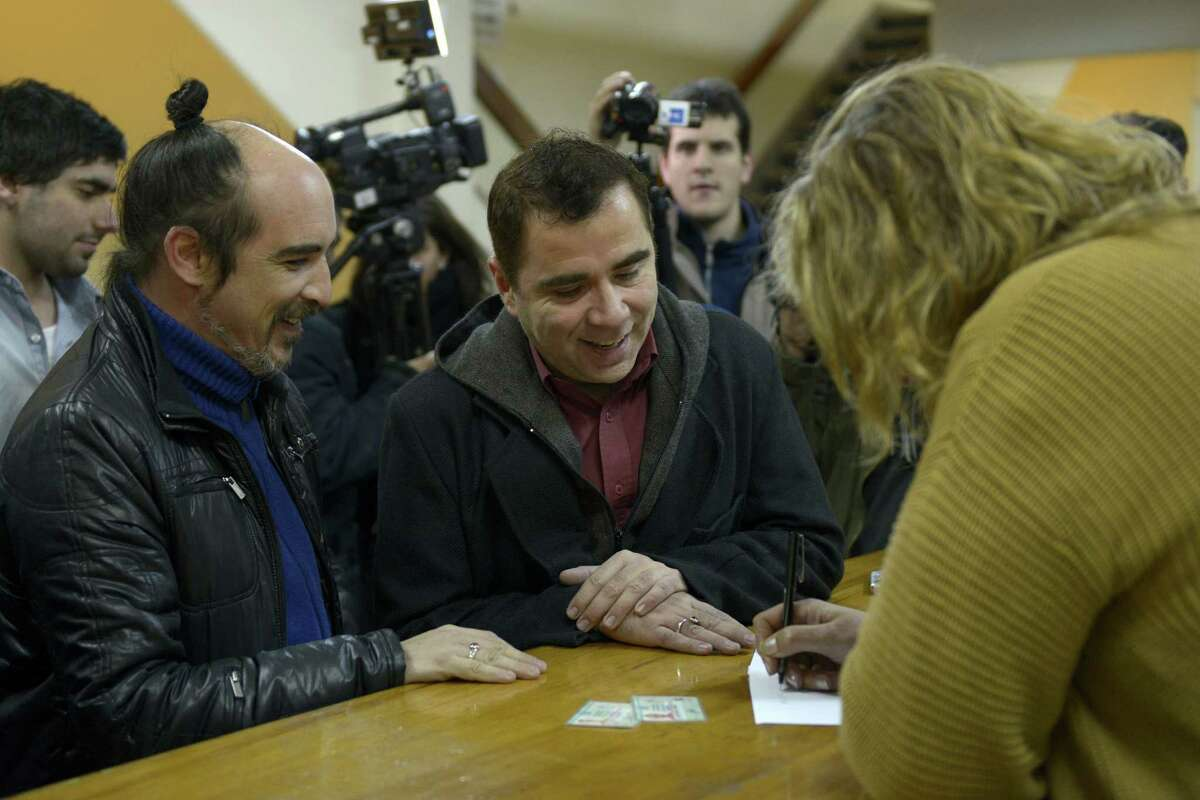 Pareja Rodrigo Borda (izquierda) y Sergio Miranda se inscriben para casarse en Montevideo, Uruguay