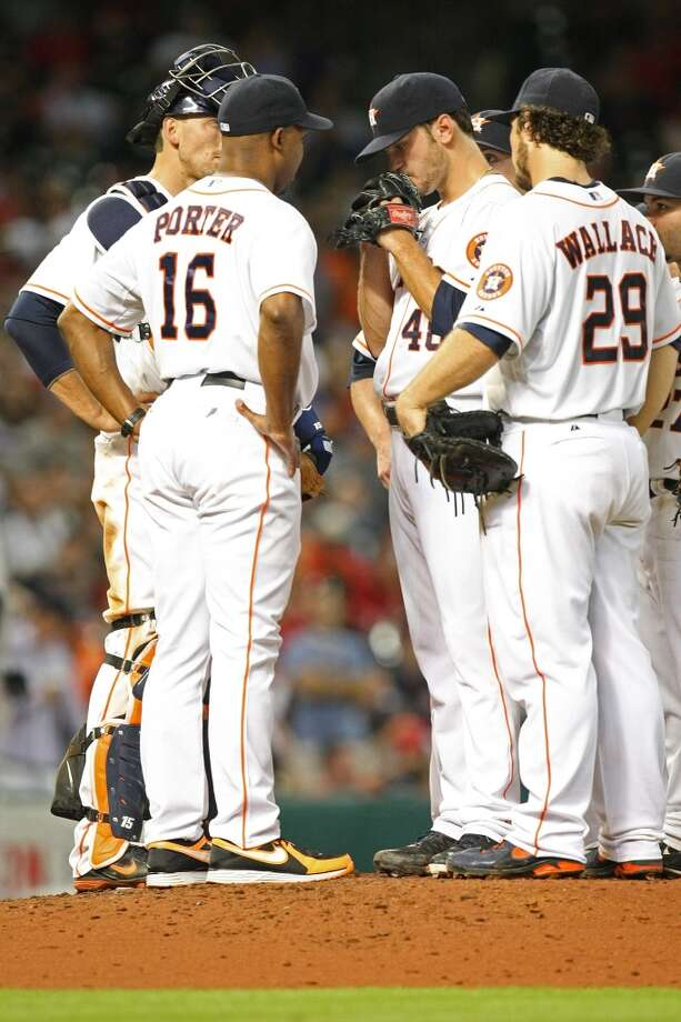 Astros starting pitcher Jarred Cosart is visited by Astros manager Bo Porter. Photo: Johnny Hanson, Houston Chronicle