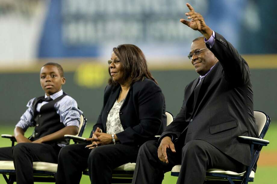 Junior's father, Ken Griffey Sr., right, waves to the crowd. Photo: JORDAN STEAD, SEATTLEPI.COM / SEATTLEPI.COM
