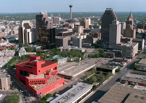 Central Public Library and Downtown in 1995. Photo: Gloria Ferniz, San Antonio Express-News File Photo / SAN ANTONIO EXPRESS-NEWS