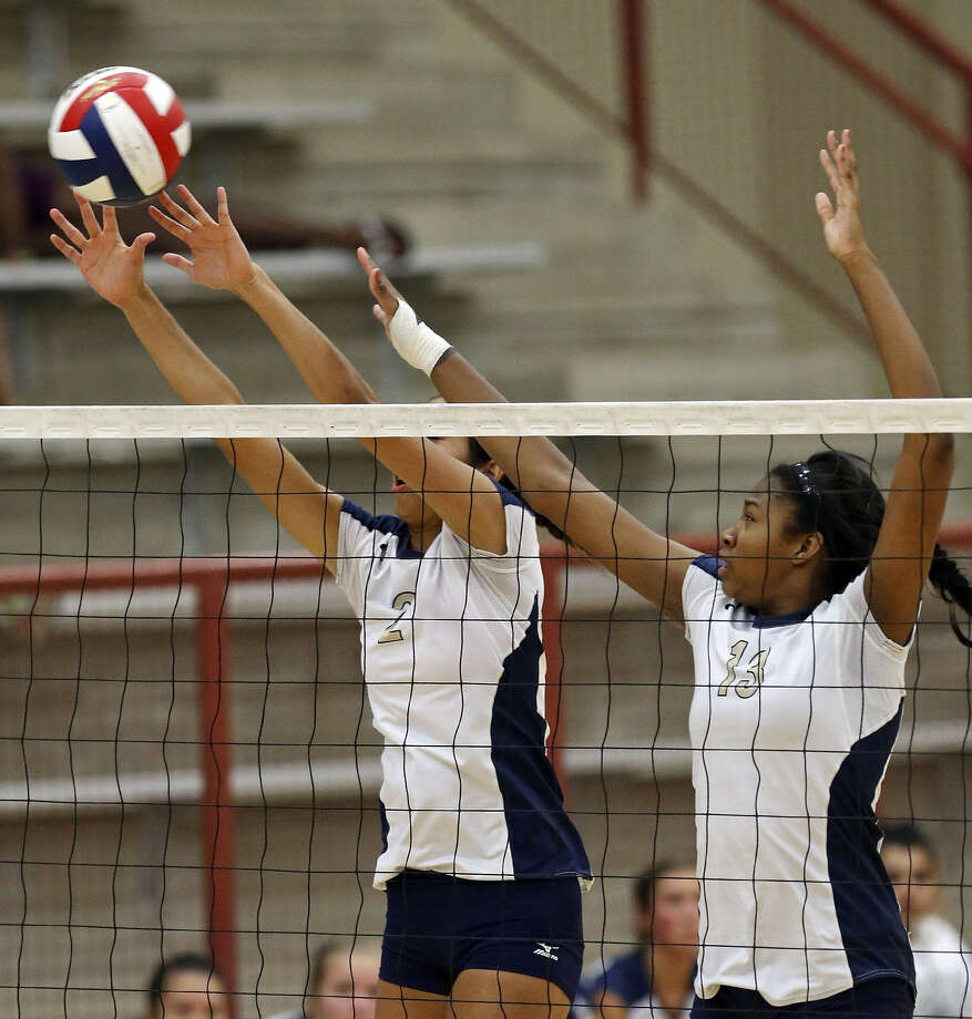 O'Connor's Alex Ecker (left) and Jordyn Williams go up for a block against New Braunfels on Monday. Photo: Edward A. Ornelas / San Antonio Express-News