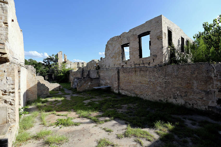 A view of the remains of the Hot Wells Hotel Monday Aug. 12, 2013. Photo: Edward A. Ornelas, San Antonio Express-News / © 2013 San Antonio Express-News