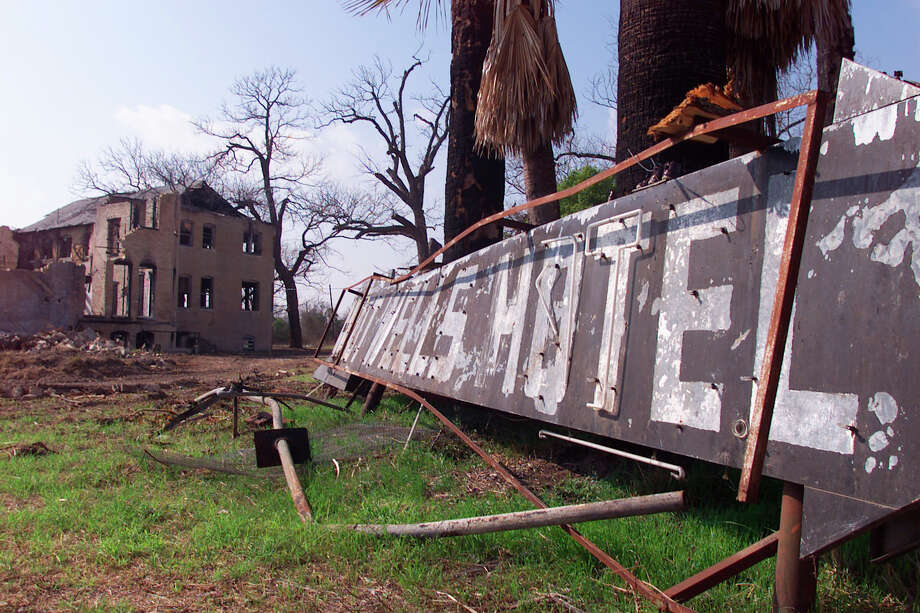 Closeup of Hot Wells Hotel sign and building in background. Photo: Kin Man Hui, San Antonio Express-News / en