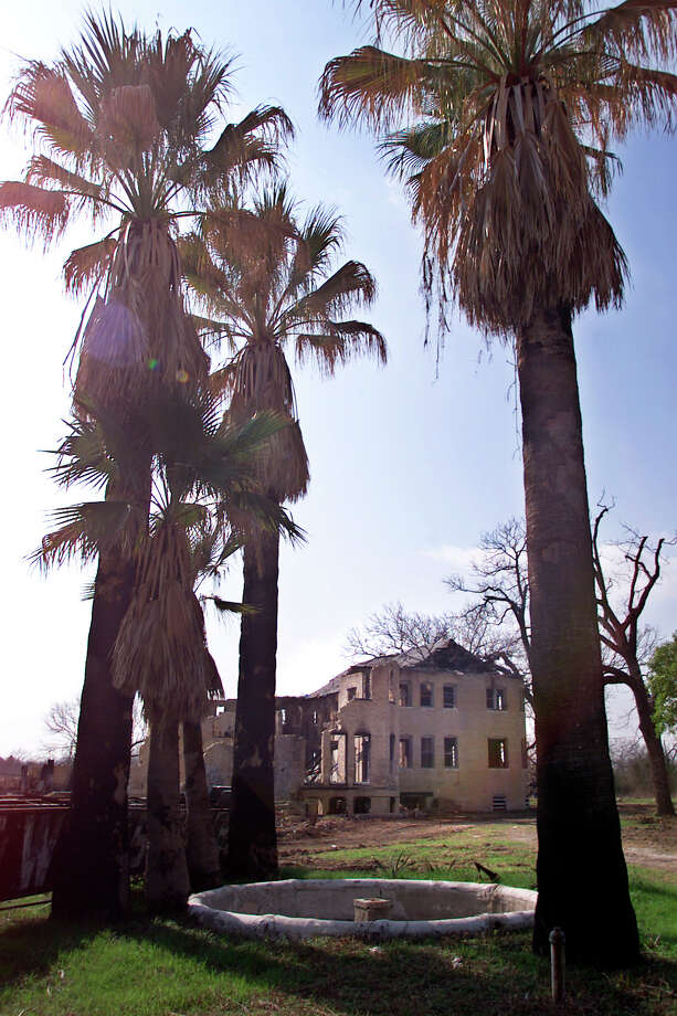Exterior view of the Hot Wells Hotel with palms in front. Photo: Kin Man Hui, San Antonio Express-News / en