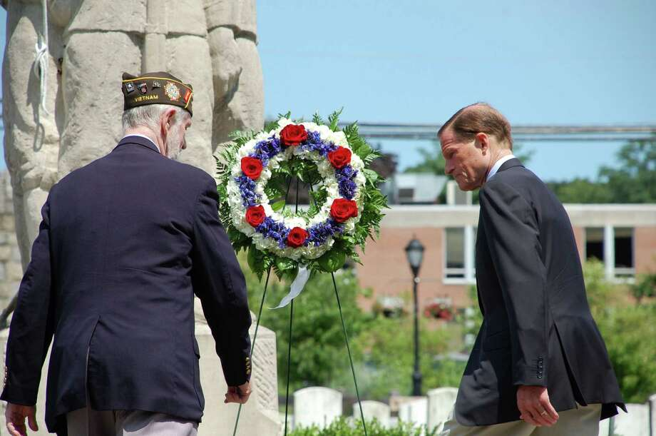 Phillip Kraft, left, and Sen. Blumenthal lay a wreath in honor of veterans of World War II. Photo: Jarret Liotta / Freelance Photo / Stamford Advocate