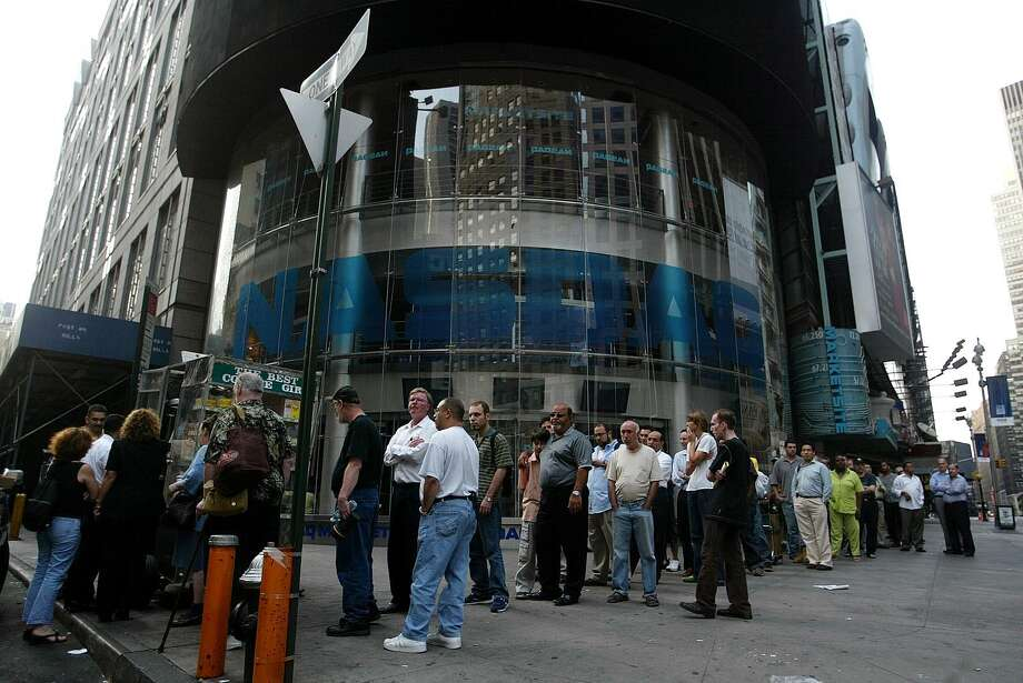 People wait in line for  breakfast in Times Square as New York City remains without electricity caused by a blackout that affected the entire city and most of the eastern part of the nation August 15, 2003 in New York, New York. Photo: JOSE JIMENEZ, File / PRIMERA HORA/GETTY IMAGES